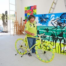 VOM ANKOMMEN, Art-Bike by Stefan Szczesny handpainted yellow. photo with artist