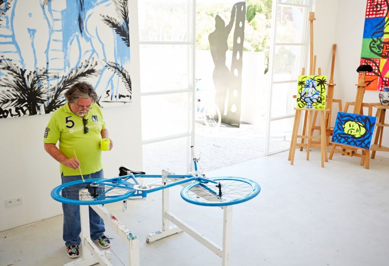 Art-Bike by Stefan Szczesny, handpainted bicycle blue, photo with artist
