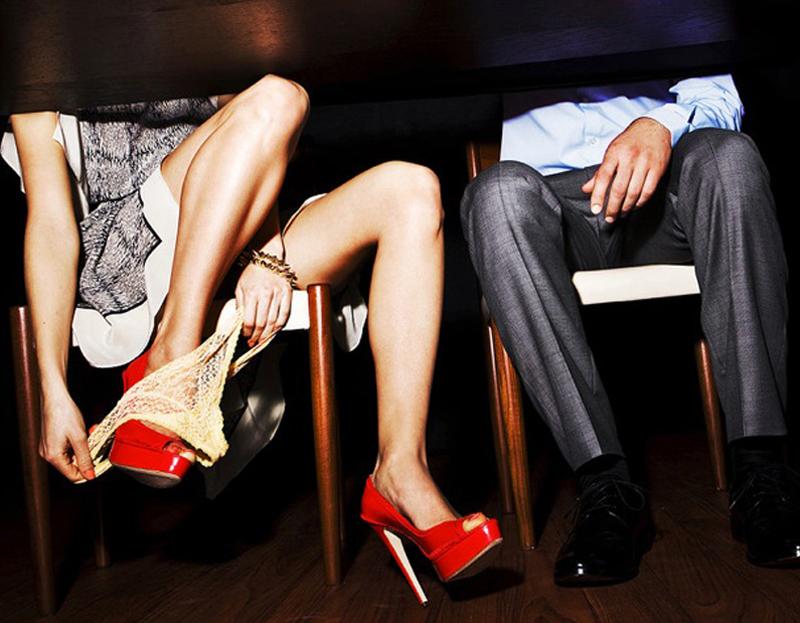 Парень трахает подружку между ног у себя дома  692831